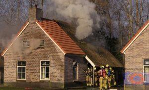 Zolderbrand in recreatie woning bij Nieuwediep, brandwee redt woning van vuurzee
