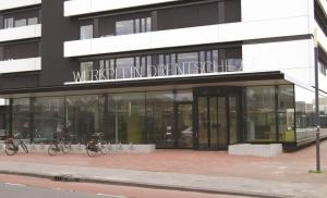 Man slaat ramen bij werkplein Drentsche Aa in Assen  met  hakbijl in