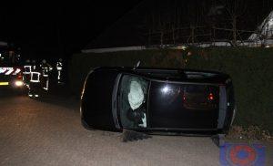 Personenauto op zijkant op Podzolhamel in de wijk Marsdijk Assen