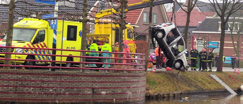 Auto te water aan de Postkade in Stadskanaal