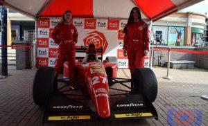 Formule I-Ferrari 's VVD en PvdA staan op Koopmansplein in de Drentse hoofdstad