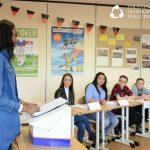 Beste sprekers CS Vincent van Gogh in actie op 11e landelijk VMBO Debattoernooi 300 vmbo'ers uit heel Nederland in debat over verdubbelen kosten vliegtickets en vluchtelingen