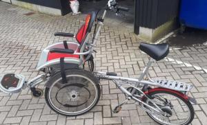 De politie op zoek naar eigenaar rolstoel-fiets