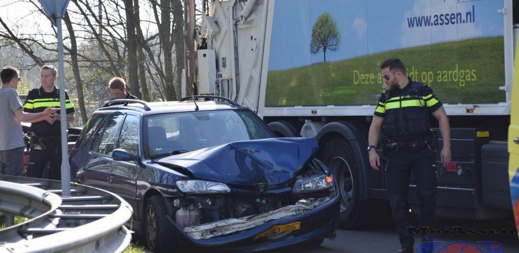 Automobilist gewond na aanrijding met vrachtwagen op de Dr.A.F. Philipsweg in Assen