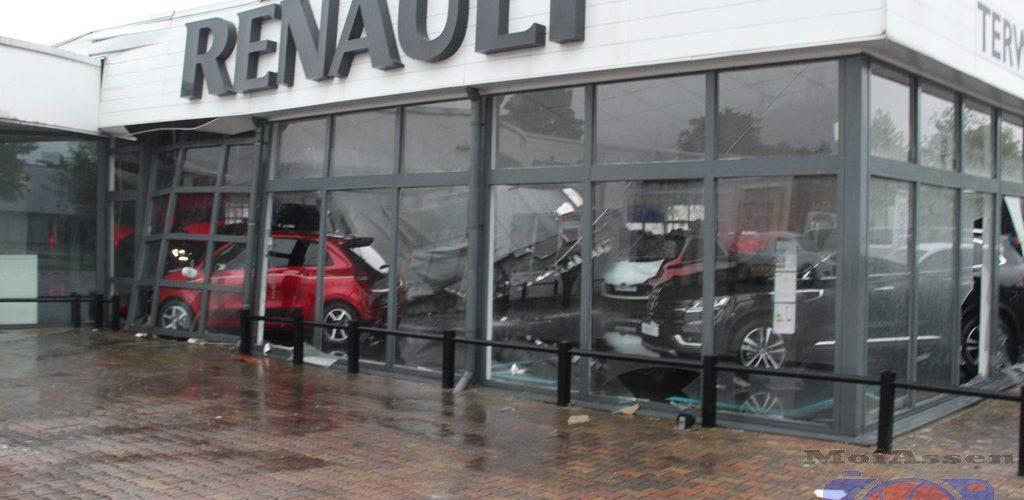 Dak van autodealer Renault Terwolde in de Assen stort in
