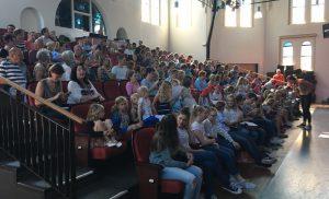 Noord-Drentse kinderkoren presenteren zich tijdens Meezingconcert in Assen