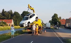 Personenauto belandt in water na uitwijkmanoeuvre
