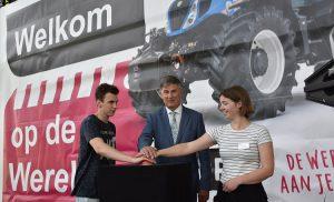 Terra trots op wereldpremière: Gedeputeerde Cees Bijl opent tractorsimulator Terra