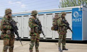 Militairen van defensie stoppen man die wc's wil slopen met vorkheftruck