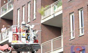 Brandweer haalt duif van balkon in het centrum van Assen