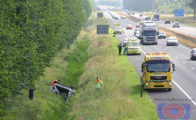 Auto beland op de kop in sloot langs A28 Assen