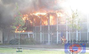 Grote brand in leegstaand bedrijfspand in Roden, brandweerman gewond