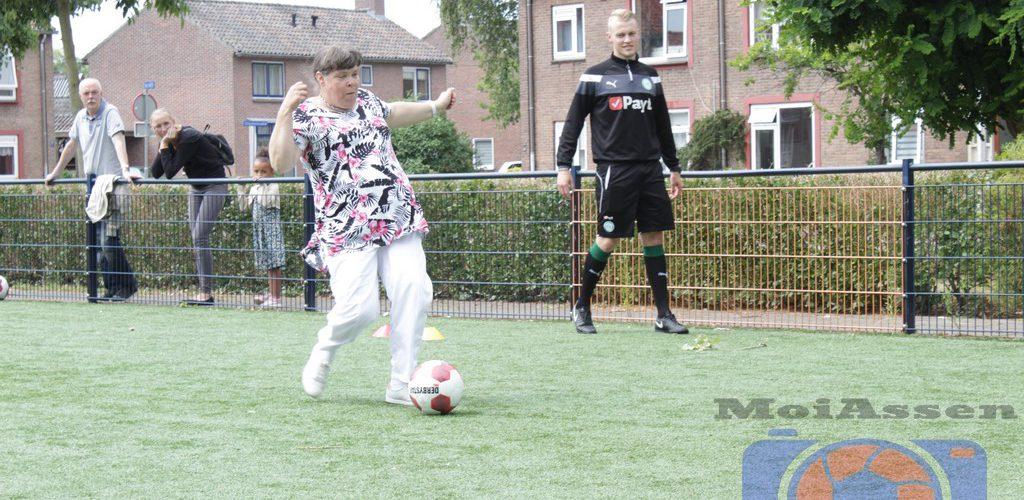 Wethouder Booij vertoont voetbalkunsten tijdens opening Cruyffcourt Thorbeckelaan Assen