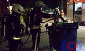 Brandweer van Assen-Oost blust container op Stationsstraat Assen