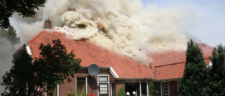 Een grote boerderij in Drouwenerveen is onbewoonbaar geraakt door een grote brand(Foto's Update)