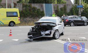 Gewonde na botsing auto's op de Europaweg-West/ Maria Montessoriweg in Assen