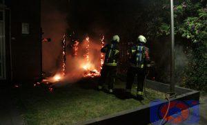 Containerbrand slaat over naar schutting en heg aan de Klaverstraat in wijk Assen-Oost