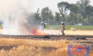 Zeer grote brand op korenveld aan de Balloërweg in Loon