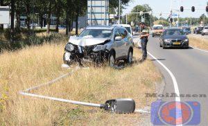 Auto tegen lantaarnpaal op de Europaweg-Zuid in Assen