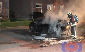 Personenauto brandt complete uit in Beilen