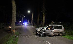 Automobiliste raakt van weg en knalt tegen boom op de Norgerweg Roden