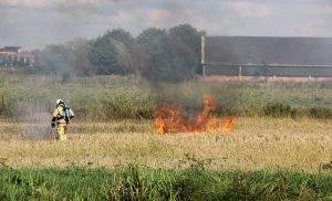 Graanveld vat vlam tijdens oogsten aan de Domeinweg Assen
