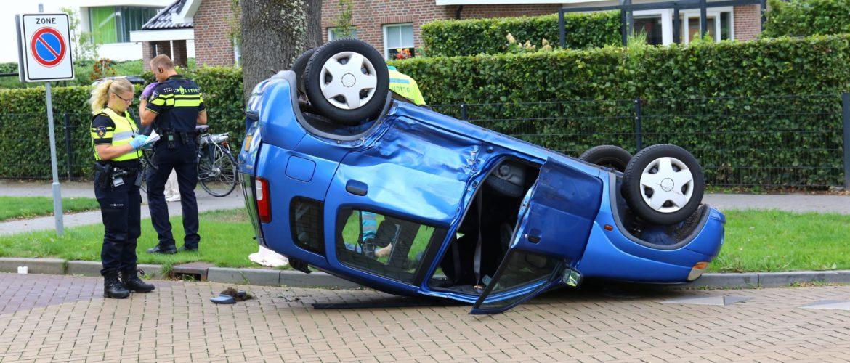 auto op zijn dak in Borge