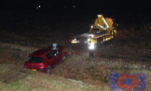 Auto rijdt van het talud op de N381 bij Hoogersmilde