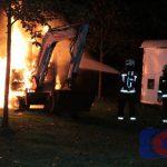 Graafmachine door brand verwoest in Assen-Oost (video)