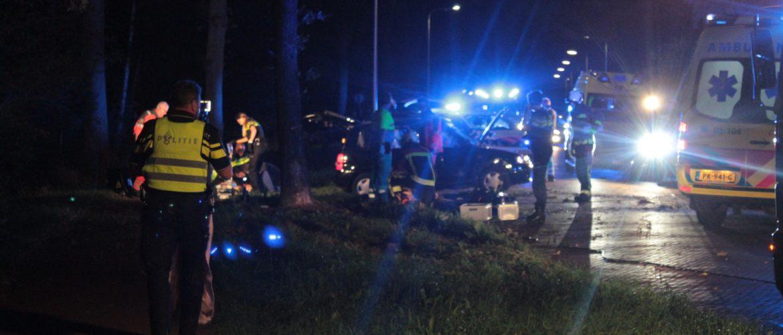 Auto botst tegen boom op Lonerstraat Assen, twee personen overleden