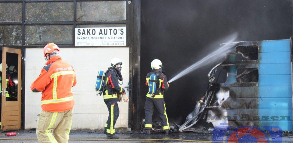 Brand bij autobedrijf aan de Winkler Prinsstraat op het industrie terrein in Assen