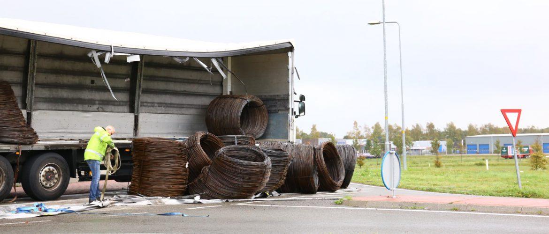 Vrachtwagen verliest rollen draadstaal op rotonde bij Gieten