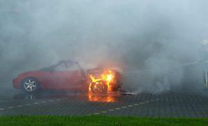 Autobrand door benzine lekkage Gieten