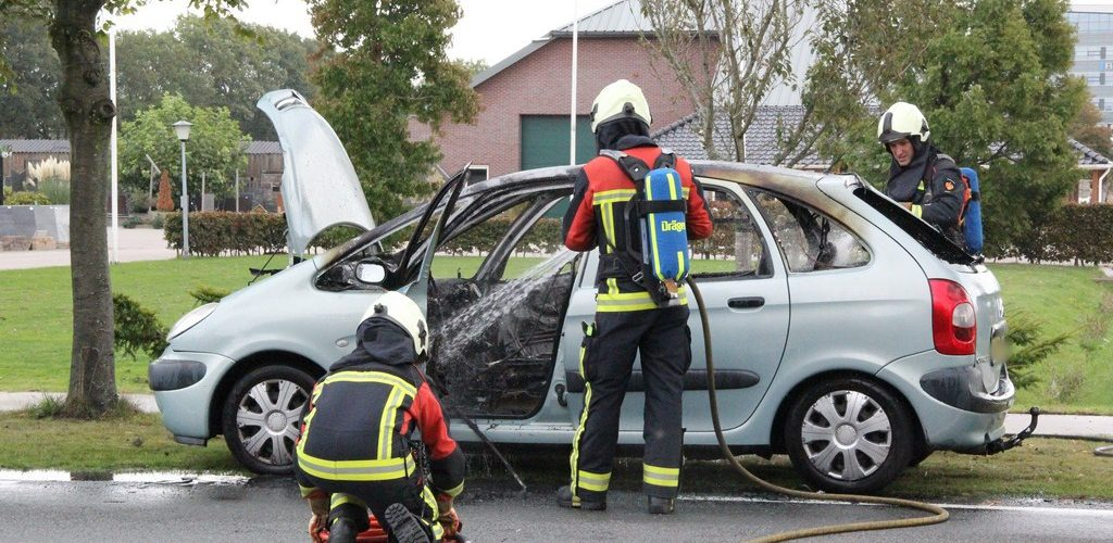 Auto door brand verwoest in Rhee