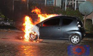Personenauto door brand verwoest in de wijk Assen-Oost