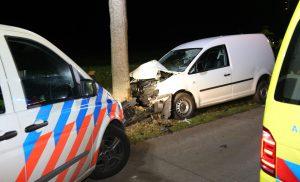 Auto tegen boom bij Zuidlaarderveen