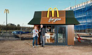McDonald's verwelkomt wethouder Tynaarlo op bouwplaats met mini-restaurant