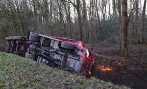 Vrachtwagen raakt van de weg in Gasselternijveenschemond