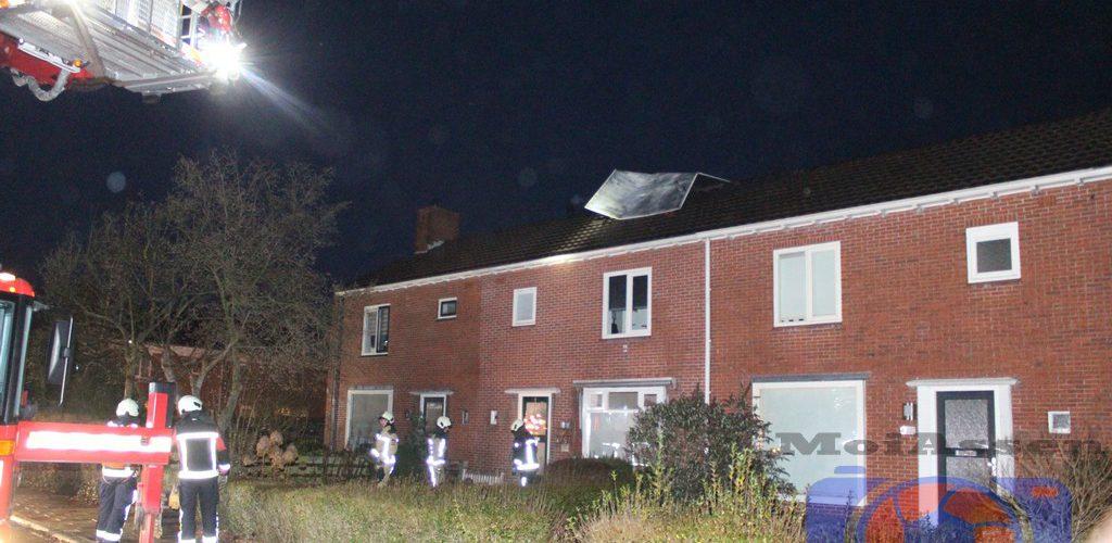 Hardde wind blaast bekleding van dakkapel in de wijk de Lariks Assen