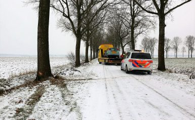 Auto tegen boom bij Veenhof (gieten)