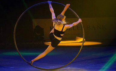 Kids First op acrobatische toer met circus Bombari