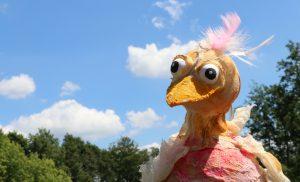 Vrolijk zomerfestival 'birds' voor kinderen in AZC Assen