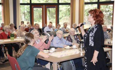 Imca Marina en Rene Karst verrassen ouderen met concert