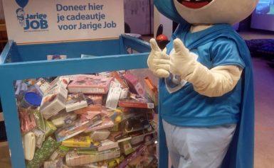 Kinderen Kids First doneren cadeaus aan Stichting Jarige Job