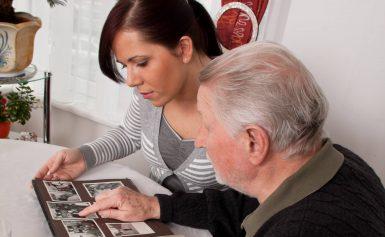 Oude foto's helpen verpleeghuisbewoners in Klazienaveen