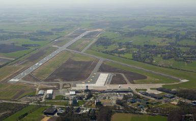 Gemeente Assen biedt aandelen vliegveld Eelde aan
