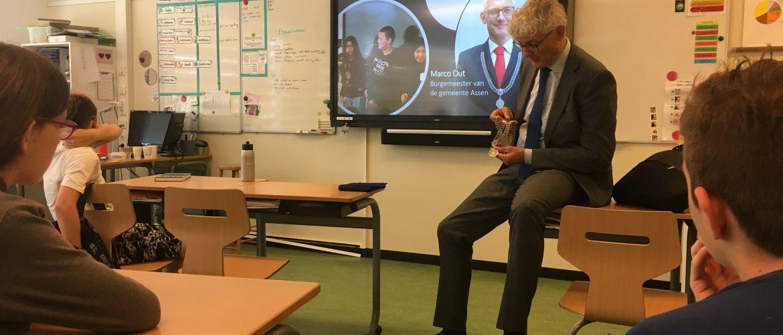 Burgemeester Marco Out voor de klas
