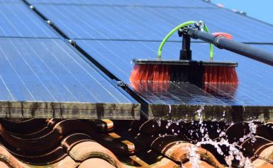 Bijna helft zonnepanelenbezitters maakt panelen nooit schoon
